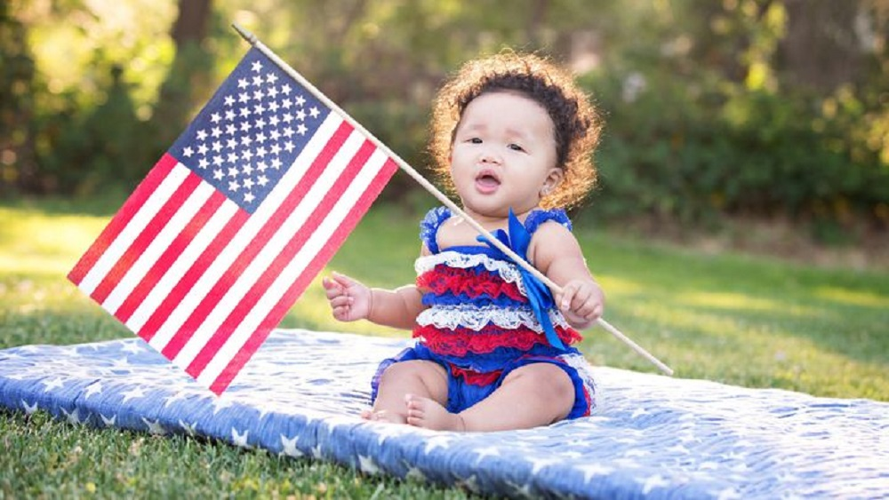 مميزات الطفل المولود في أمريكا